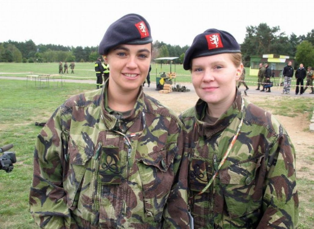 Фото девушки в военной одежде