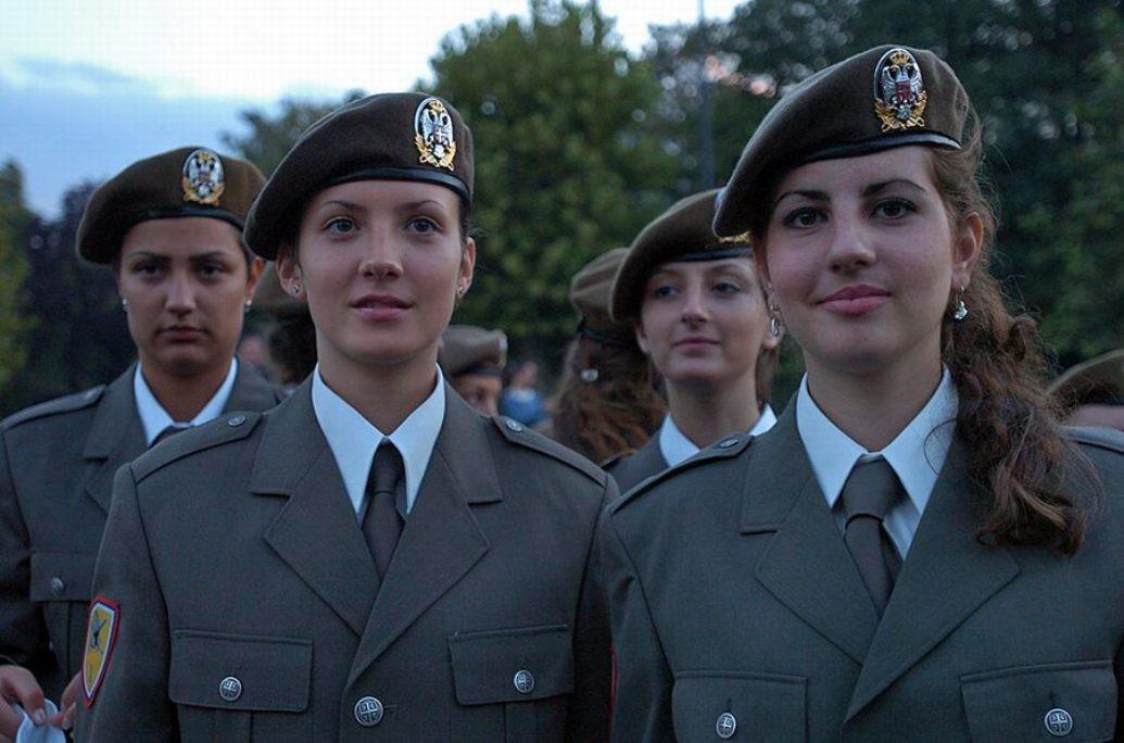Фото девушек в военной форме.